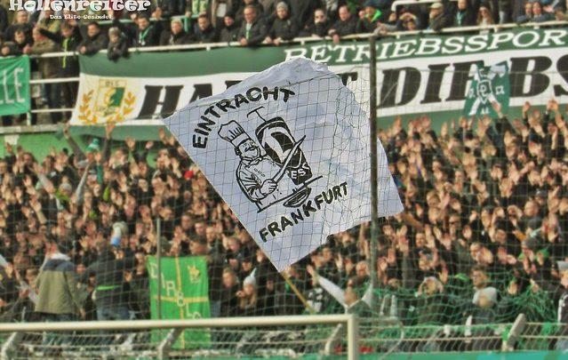 Eine Fahne Eintracht Frankfurts, auf der Dynamo als Dönerspieß klein geschnitten wird. Die Fahne wird auf dem Norddamm vor einer Diablos Fahne geschwungen.